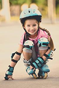 Bilder Kleine Mädchen Lächeln Rollschuh Helm Starren kind