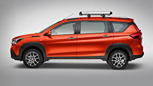 Bilder Suzuki - Autos Rot Metallisch Seitlich Grauer Hintergrund Suzuki Ertiga XL7, MX-spec, 2020 Autos
