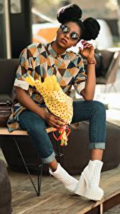 Fotos Blumensträuße Neger Frisur Brille Sitzt Hand Bein Jeans High Heels junge Frauen