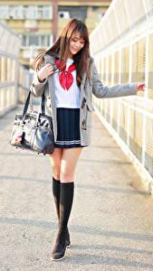Bilder Handtasche Asiatisches Bein Rock Bluse Mantel Braune Haare Süß Schülerin junge Frauen