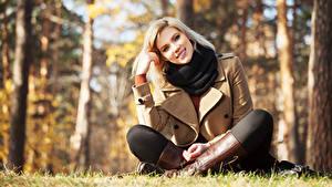 Bilder Herbst Blond Mädchen Bokeh Lächeln Sitzt Starren Stiefel Posiert junge frau
