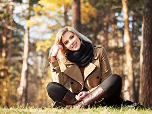 Bilder Herbst Blond Mädchen Bokeh Lächeln Sitzt Starren Stiefel Posiert