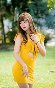 Fotos Asiaten Unscharfer Hintergrund Kleid Gelb Posiert junge frau