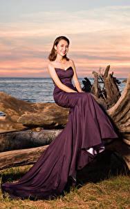 Bilder Asiaten Kleid Sitzt Lächeln Starren junge frau