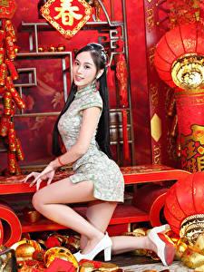 Bilder Asiatische Posiert Kleid Bein High Heels Starren junge frau