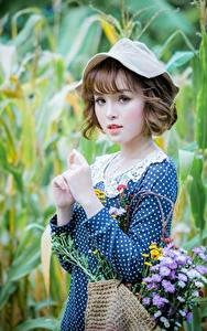 Desktop hintergrundbilder Blumensträuße Asiaten Unscharfer Hintergrund Kleid Hand Braune Haare Der Hut Starren Niedlich junge frau