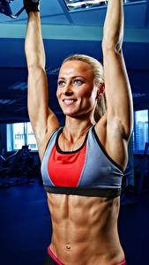 Fotos Fitness Blick Lächeln Blond Mädchen Unscharfer Hintergrund Bauch Hand junge Frauen