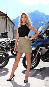 Fotos Cara Mell Blondine Pose Bein Rock Blick junge frau