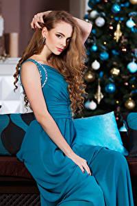 Fotos Neujahr Braunhaarige Kleid Sitzt Mädchens