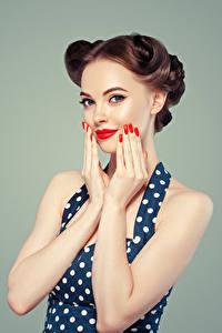 Hintergrundbilder Grauer Hintergrund Braunhaarige Hand Maniküre Blick Lächeln Mädchens