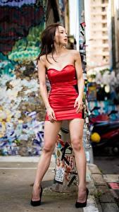 Bilder Asiaten Pose Kleid Bein Hübsch Braunhaarige Mädchens