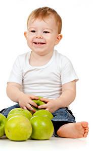 Bilder Äpfel Weißer hintergrund Junge Lächeln Sitzend Kinder