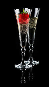 Hintergrundbilder Schaumwein Erdbeeren Schwarzer Hintergrund Zwei Weinglas