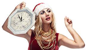 Hintergrundbilder Neujahr Uhr Schmuck Halskette Weißer hintergrund Blond Mädchen Hand Mädchens