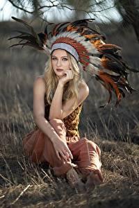 Bakgrunnsbilder Fjær Indianer hodeplagg Blond jente Uklar bakgrunn Sitter Ser Indianere Vicky ung kvinne