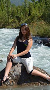 Hintergrundbilder Kleofia model Flusse Steine Braune Haare Sitzen Mädchens