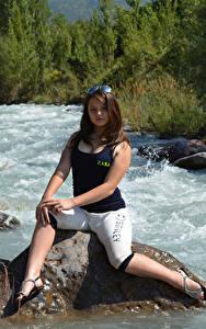 Hintergrundbilder Kleofia model Fluss Steine Braune Haare Sitzen junge frau