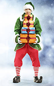 Hintergrundbilder Neujahr Elfen Mann Uniform Geschenke