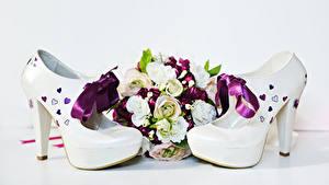 Fotos Blumensträuße Rosen Weißer hintergrund High Heels Schleife Blumen