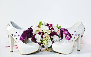 Fotos Sträuße Rosen Weißer hintergrund High Heels Schleife