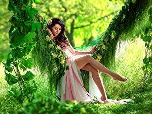 Fonds d'écran Aux cheveux bruns Les robes S'asseyant Balançoire Jambe Belles