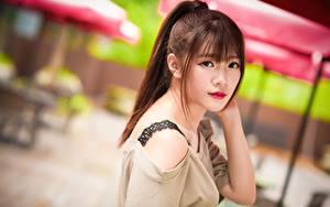 Bilder Asiatisches Bokeh Braune Haare Starren Haar junge Frauen