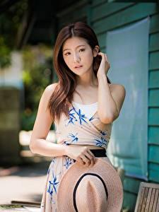 Bilder Asiatisches Kleid Der Hut Posiert Hand Braune Haare Haar Starren Nett Mädchens