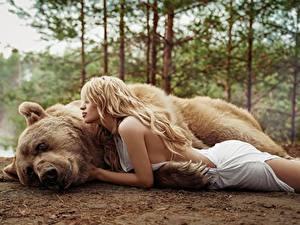 Hintergrundbilder Ein Bär Braunbär Blond Mädchen Liegen Masha Glushchuk, Ira Morozova Tiere