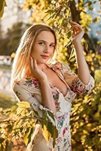 Fotos Georgiy Dyakov Blond Mädchen Ast Blatt Kleid Hand Blick