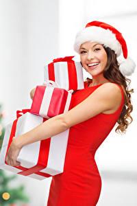 Hintergrundbilder Neujahr Braunhaarige Mütze Fröhlicher Geschenke Starren Mädchens