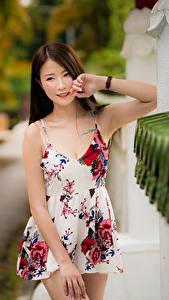 Fotos Asiatische Unscharfer Hintergrund Posiert Kleid Blick Mädchens