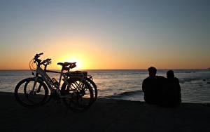 Bilder Morgendämmerung und Sonnenuntergang Meer Spanien Fahrräder Zwei Sitzen Umarmt Kanarische Inseln Maspalomas, Gran Canaria