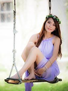 Bilder Asiatisches Bokeh Schaukel Braune Haare Kranz Bein Mädchens