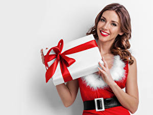 Photo Christmas White background Brown haired Smile Frock Present young woman