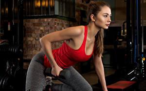 Hintergrundbilder Fitness Braunhaarige Körperliche Aktivität Hantel Unterhemd Hübsche junge frau Sport