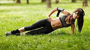 Bilder Fitness Gras Kopfhörer Bauch Braunhaarige Trainieren Mädchens