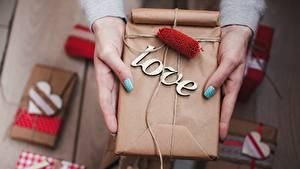 Hintergrundbilder Liebe Valentinstag Schachtel Geschenke Hand