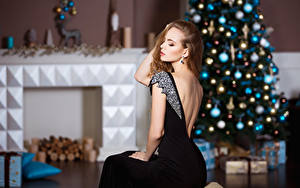 Fonds d'écran Nouvel An Aux cheveux bruns Arbre de Noël Les robes Assises jeunes femmes