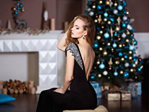Fonds d'écran Nouvel An Aux cheveux bruns Arbre de Noël Les robes S'asseyant