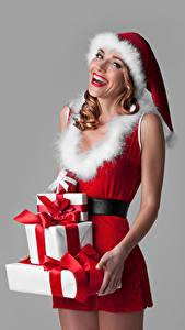 Fotos Neujahr Grauer Hintergrund Uniform Mütze Geschenke Fröhlicher Mädchens