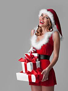 Fotos Neujahr Grauer Hintergrund Uniform Mütze Geschenke Glücklich Mädchens