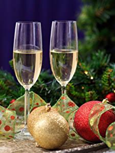 Fotos Neujahr Feiertage Schaumwein Weinglas Zwei Ast Kugeln Lebensmittel