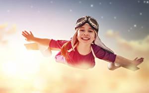 Fotos Kleine Mädchen Flug Brille Hand Lächeln kind