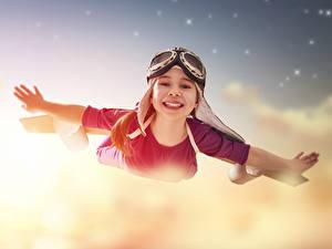 Fotos Kleine Mädchen Flug Brille Hand Lächeln Kinder