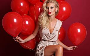 Bilder Roter Hintergrund Blondine Luftballon Rot Starren Hand Sitzend Mädchens
