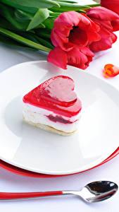 Fotos Valentinstag Süßware Törtchen Tulpen Herz Teller Löffel Lebensmittel