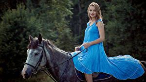 Fotos Pferde Blondine Kleid Sitzend Mädchens Tiere