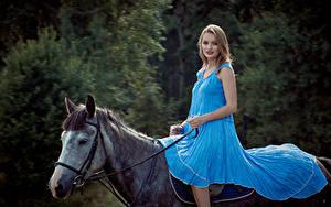 Fotos Pferde Blondine Kleid Sitzend Tiere