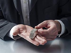 Fotos Mann Schmuck Brillant Hand