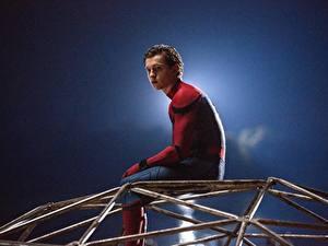 Bilder Spider-Man: Homecoming Spiderman Held Comic-Helden Mann Sitzt Tom Holland Film Prominente